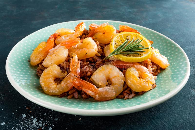 大虾在格栅烤了并且煮沸了在板材的糙米 烤虾,大虾用米 海鲜 亚洲烹调 顶视图 库存图片