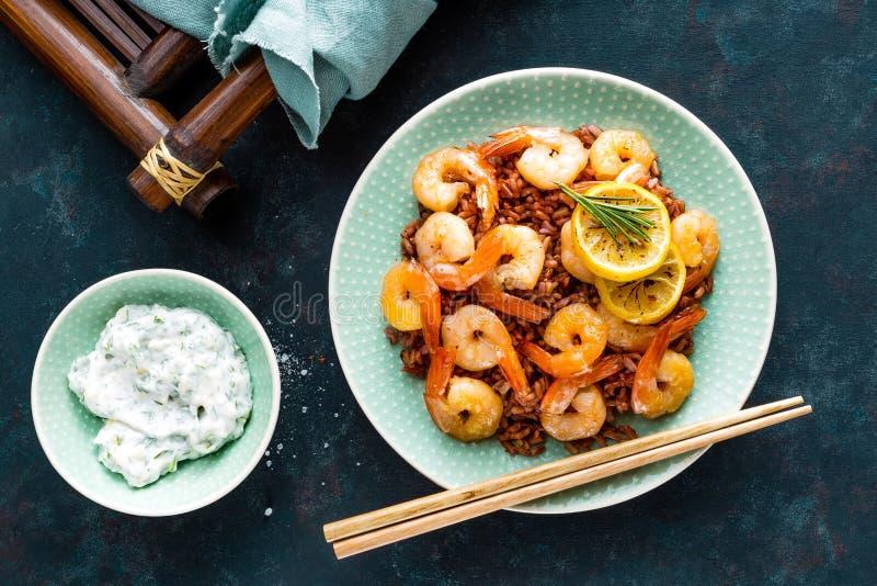 大虾在格栅烤了并且煮沸了在板材的糙米 烤虾,大虾用米 海鲜 亚洲烹调 顶视图 库存照片