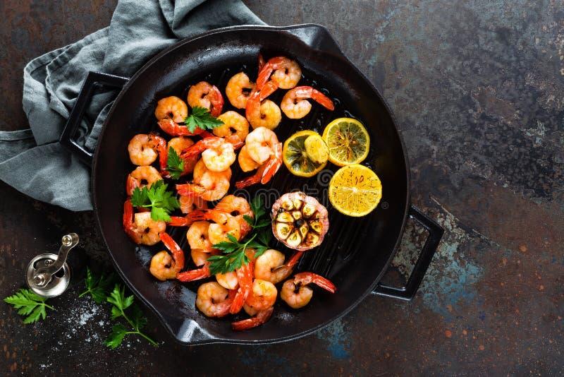 大虾在格栅煎锅烤了用柠檬和大蒜 烤虾,大虾 海鲜 顶视图 库存照片