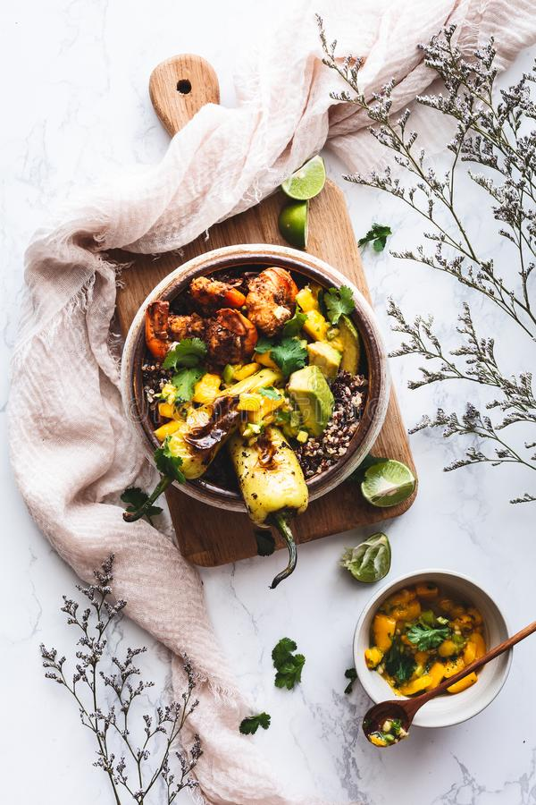 大虾有奎奴亚藜、鲕梨、胡椒和芒果辣调味汁的Shawarma菩萨碗 中东食物 免版税图库摄影