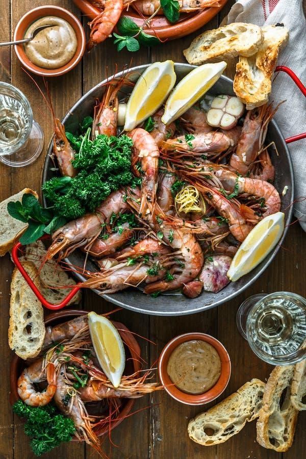 大虾虾烤了用柠檬和大蒜在铁平底锅 顶视图 免版税库存图片