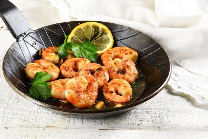 大虾虾用大蒜、柠檬、香料和意大利欧芹ga 免版税库存图片