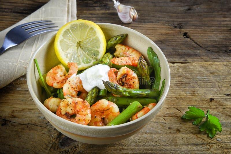 从大虾虾,绿色芦笋,芝麻菜,大蒜, parsl的沙拉 免版税库存图片