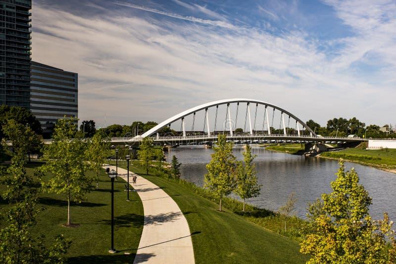 大街曲拱桥梁- Scioto河-哥伦布,俄亥俄 图库摄影