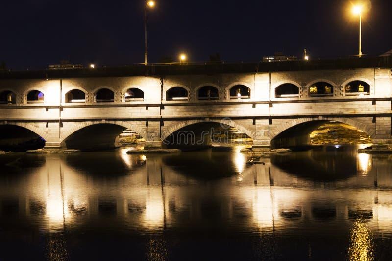 大街桥梁在晚上罗切斯特纽约 库存照片