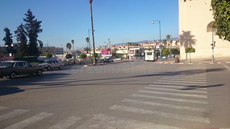 大街 朝向到历史的Hadim广场在梅克内斯 库存照片