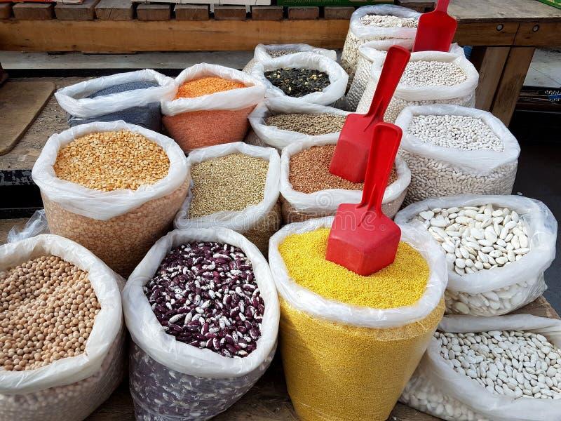 大袋五谷和豆类在义卖市场 食物销售对消费者 供应股票向主妇的 私人企业 豆, 库存照片