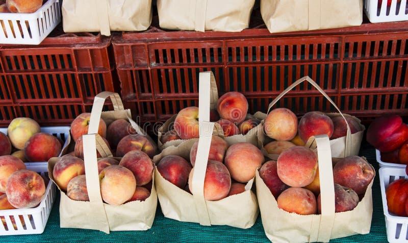 大袋桃子在局部水果市场上 免版税库存照片