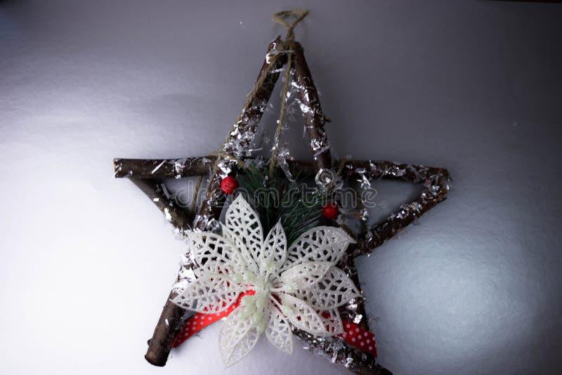 大装饰美丽的木圣诞节星、冷杉分支一个自制出现花圈和棍子在欢乐新年 图库摄影