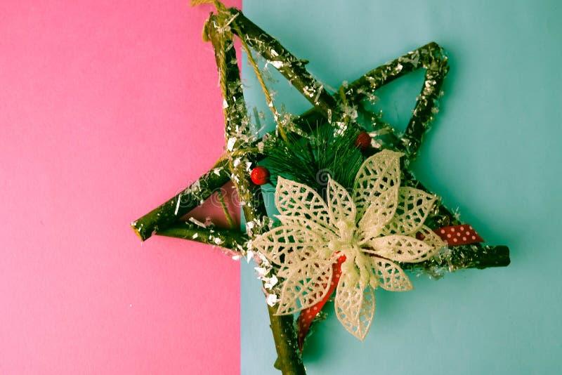 大装饰美丽的木圣诞节星、冷杉分支一个自制出现花圈和棍子在欢乐新年 免版税库存照片