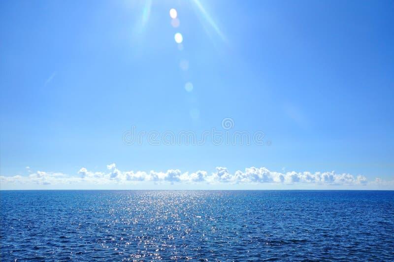 大西洋、海天线和蓝色su的美好的海景 免版税图库摄影