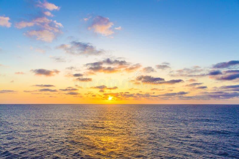 大西洋日落 在海景的美好的日落从船 从游轮的看法 大西洋顶视图 库存照片