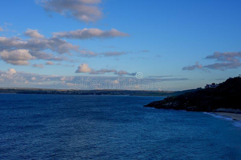 大西洋海和天空蔚蓝在彭赞斯在西部康沃尔郡,英国 免版税库存照片