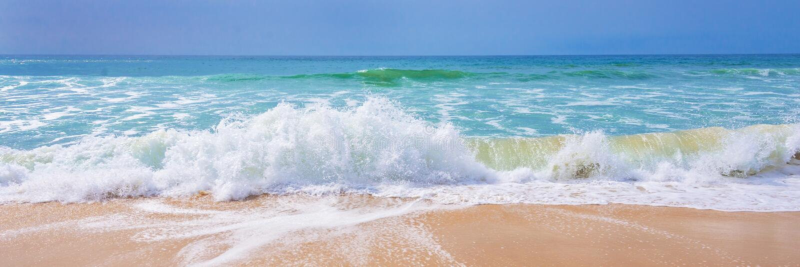 大西洋,波浪看法在海滩的 免版税库存照片
