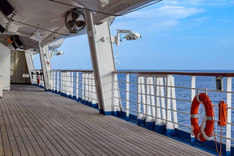 大西洋- 2014年3月29日:与垂悬在侧轨的橙色救生圈的甲板在机上狂欢节自由游轮 库存照片
