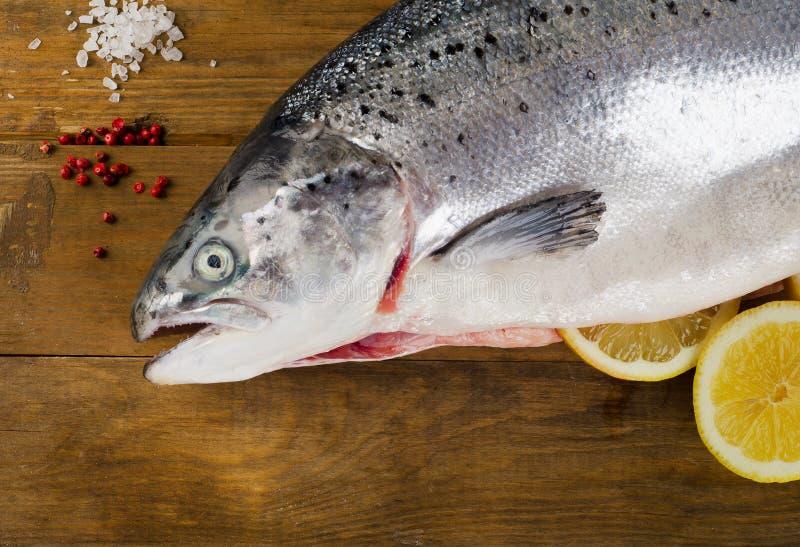 大西洋三文鱼用柠檬 库存图片