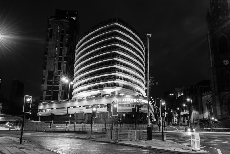 Download 大西洋塔旅馆在夜黑白摄影之前 编辑类库存图片. 图片 包括有 结构, ,并且, 水平, 外部, 商业, 现代 - 62536669