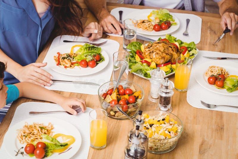 大角度观点的家庭用在餐桌上的食物 免版税库存照片