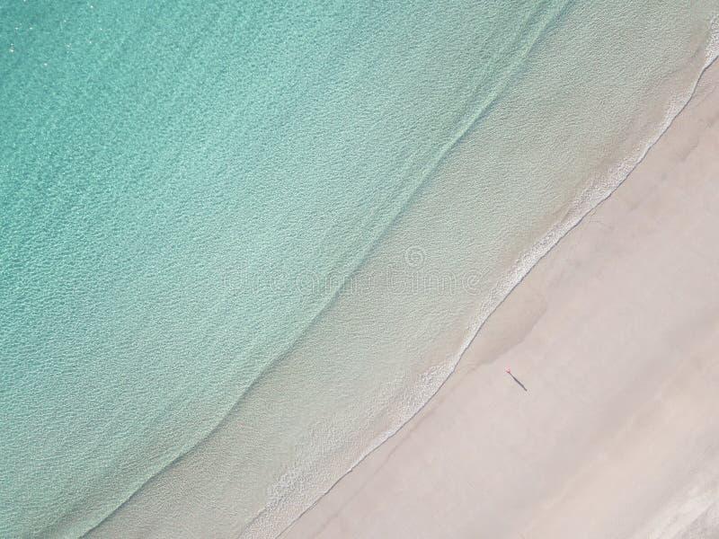 大角度观点的海滩的寂寞 库存图片