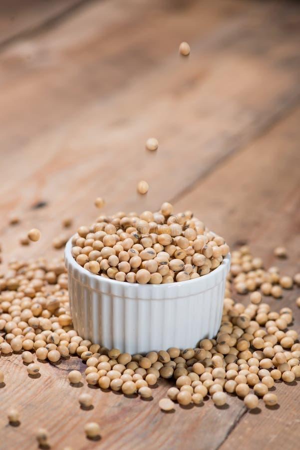 大豆或大豆在木桌上 免版税库存图片