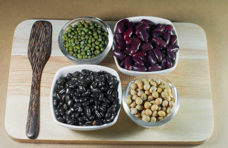 大豆豆、红豆、黑豆和青豆与healt 免版税库存照片