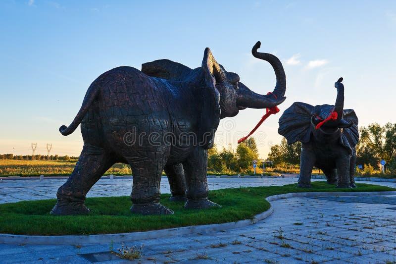 Download 大象二 库存图片. 图片 包括有 艺术, 节假日, 横向, 图象, 莲花, 大象, 池塘, 照片, 古典 - 59104589