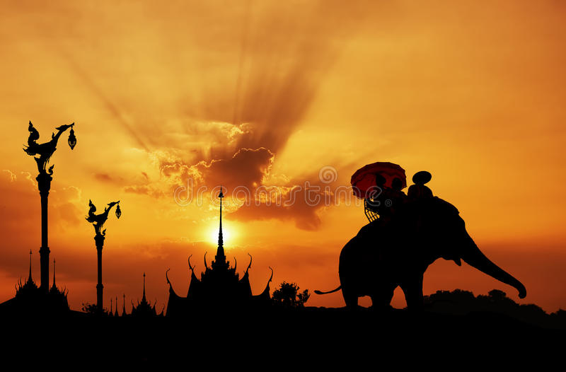大象剪影与寺庙的 免版税图库摄影