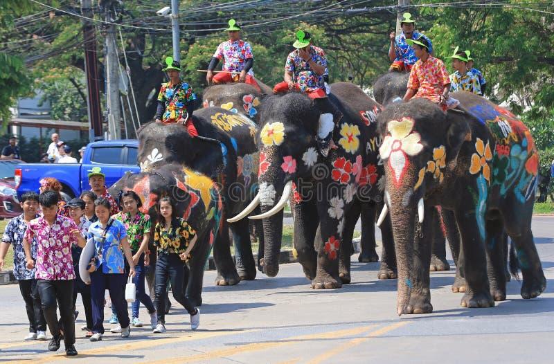 大象和旅游游行在Songkran期间 库存图片