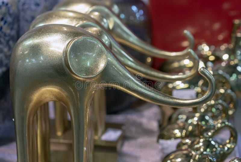 大象装饰金黄小雕象在礼品店的 免版税库存照片