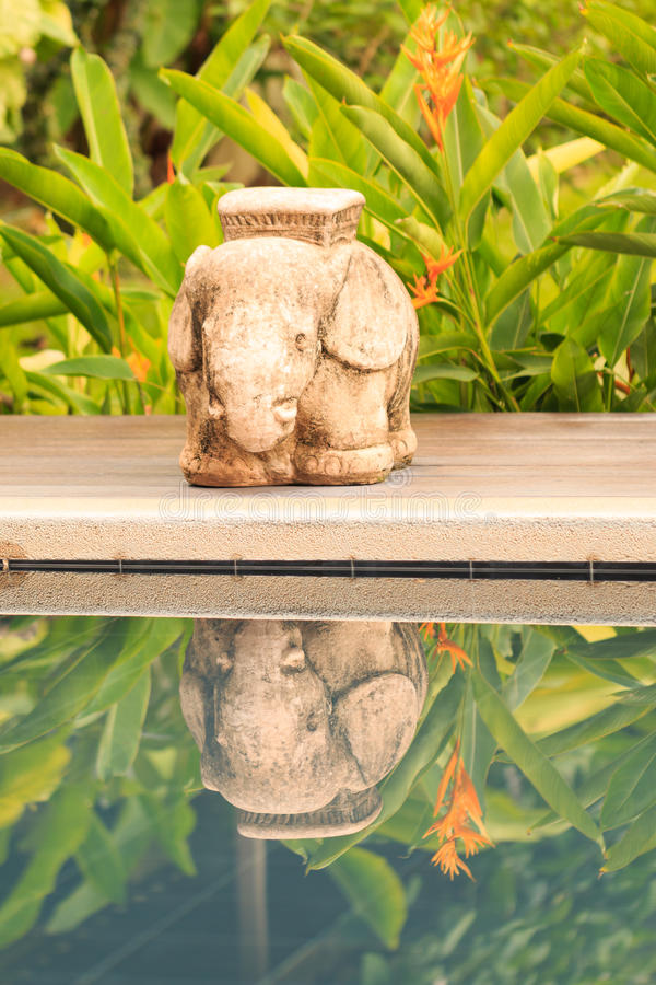 大象雕象和阴影 库存照片