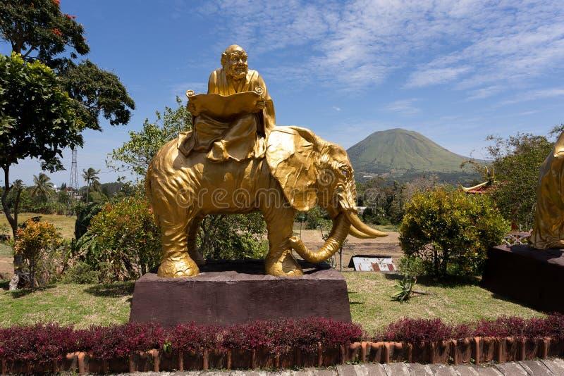 大象雕象的肥胖修士在复杂塔Ekayana 图库摄影