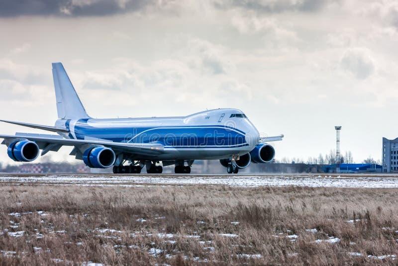 大货物航空器在跑道移动在一个冷的冬天机场 免版税库存图片
