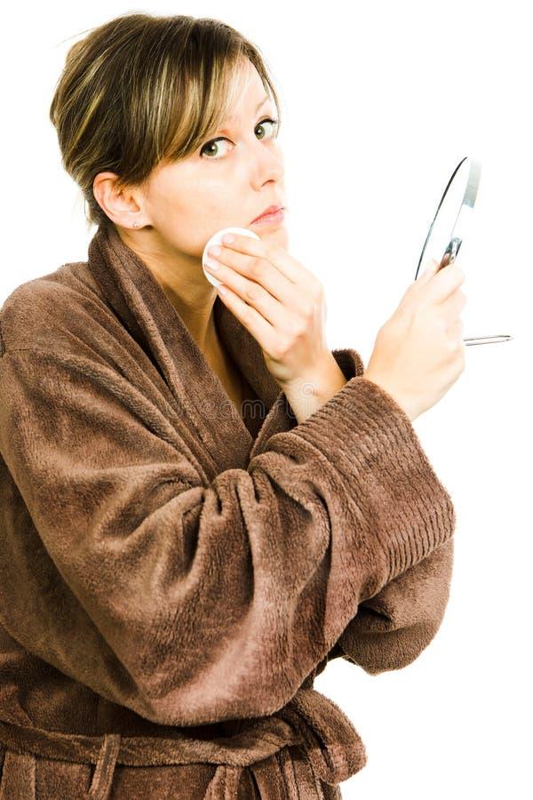大过大的棕色晨衣清洁面孔的白肤金发的妇女 免版税库存照片