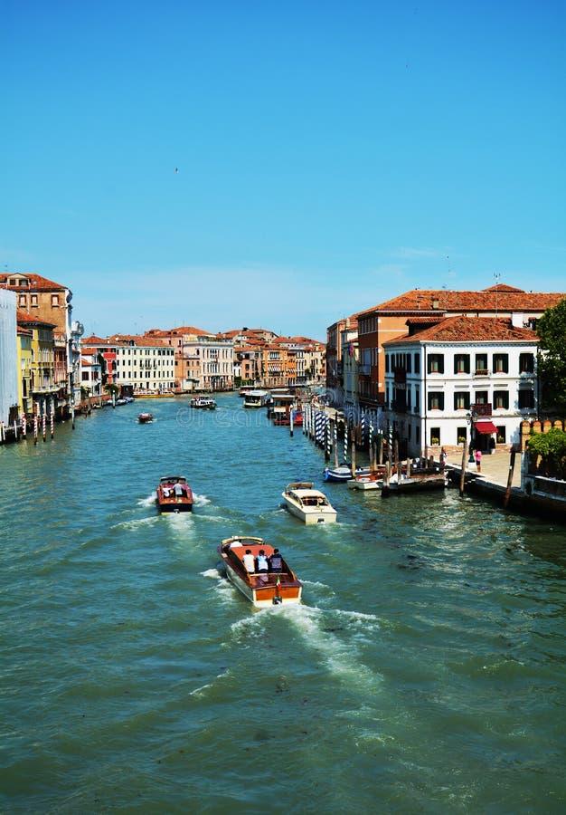 大运河、小船和建筑学在威尼斯,在欧洲 库存图片