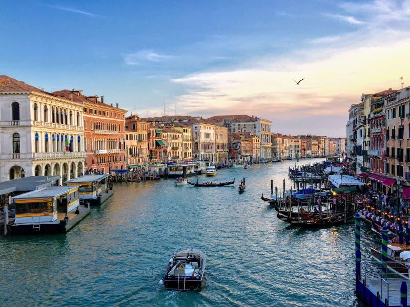 大运河的看法从威尼斯大石桥桥梁的在威尼斯,意大利 免版税库存照片