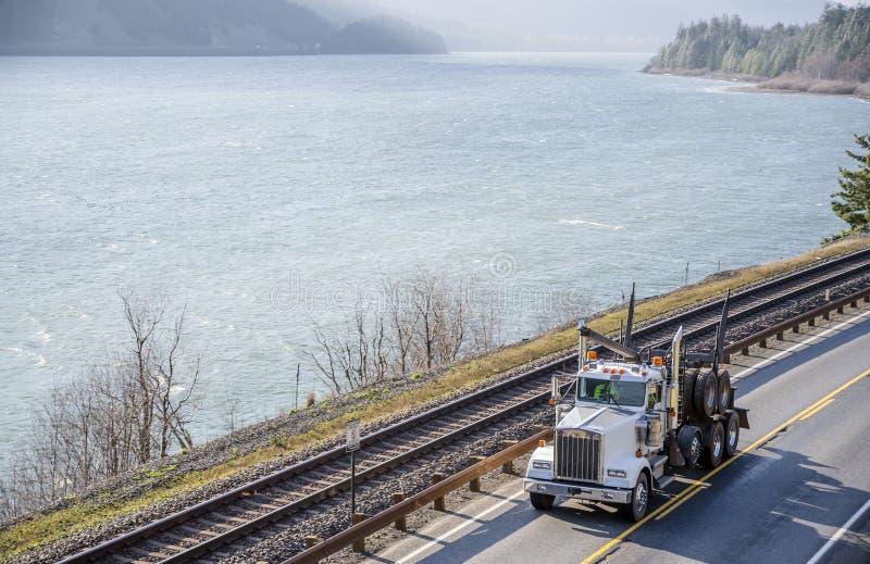 大运行在沿哥伦比亚河的路的船具经典半卡车拖拉机 库存照片