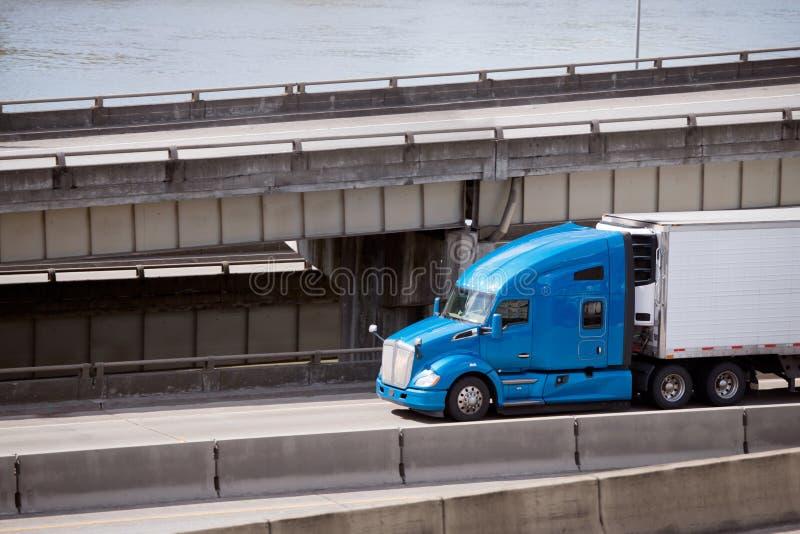 大运输收帆水手半拖车的船具蓝色赞成半卡车  免版税库存照片