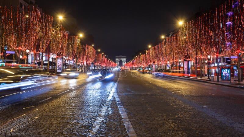大道des爱丽舍和凯旋门在晚上,巴黎 免版税图库摄影