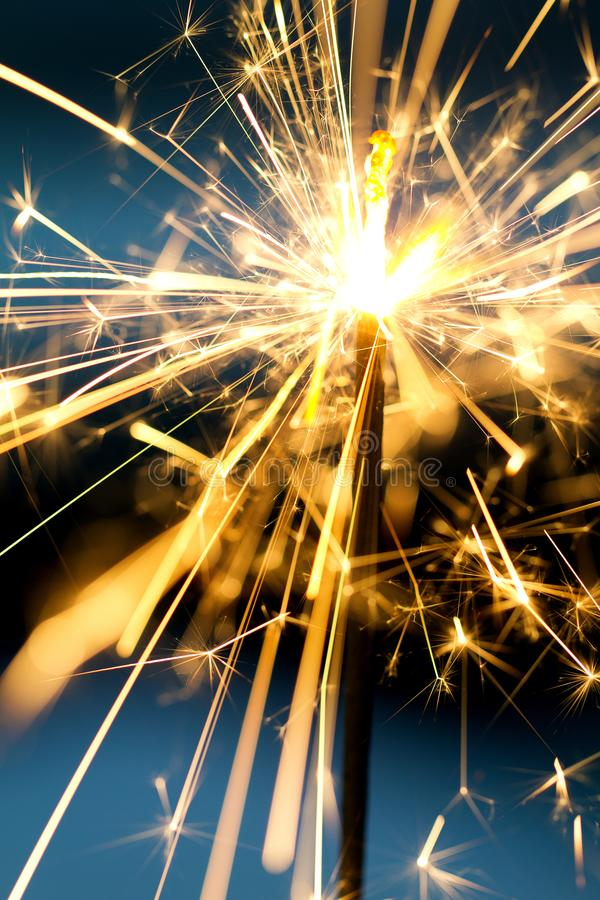 大量发光在夜的金火花 免版税图库摄影