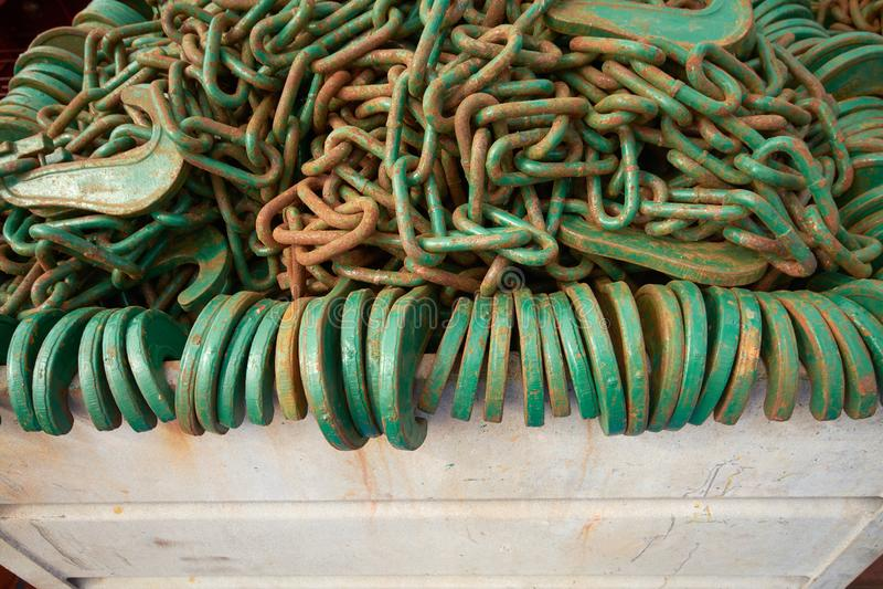 大量在钢箱子的绿色抨击的链子 免版税库存照片