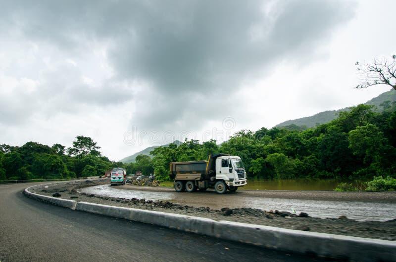 大量手段修理路在印度 修理的设备路 推土机准备修造路 原野印地安国家a 免版税库存图片