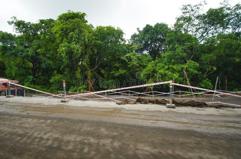 大量手段修理路在印度 修理的设备路 推土机准备修造路 原野印地安国家a 库存图片