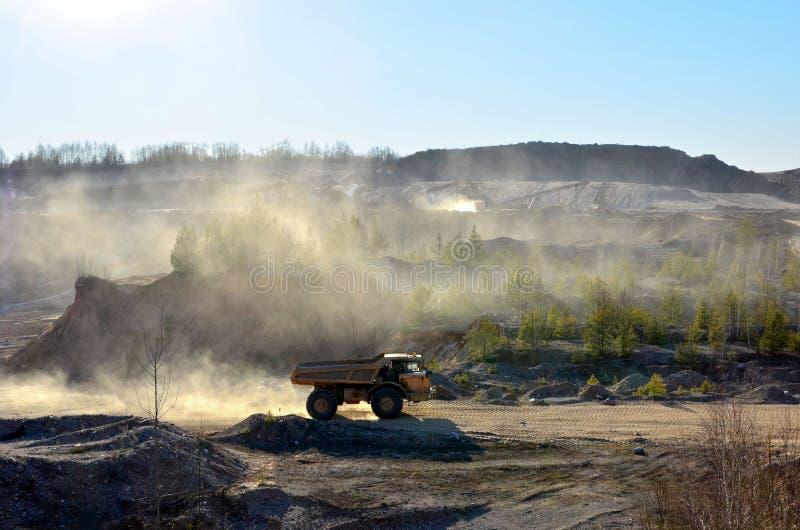 大量手段和矿用汽车工作疏松开采的材料和其他矿物运输的在露天开采矿矿 免版税库存图片