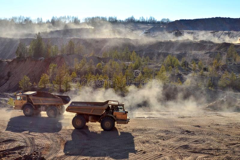 大量手段和矿用汽车工作疏松开采的材料和其他矿物运输的  免版税图库摄影