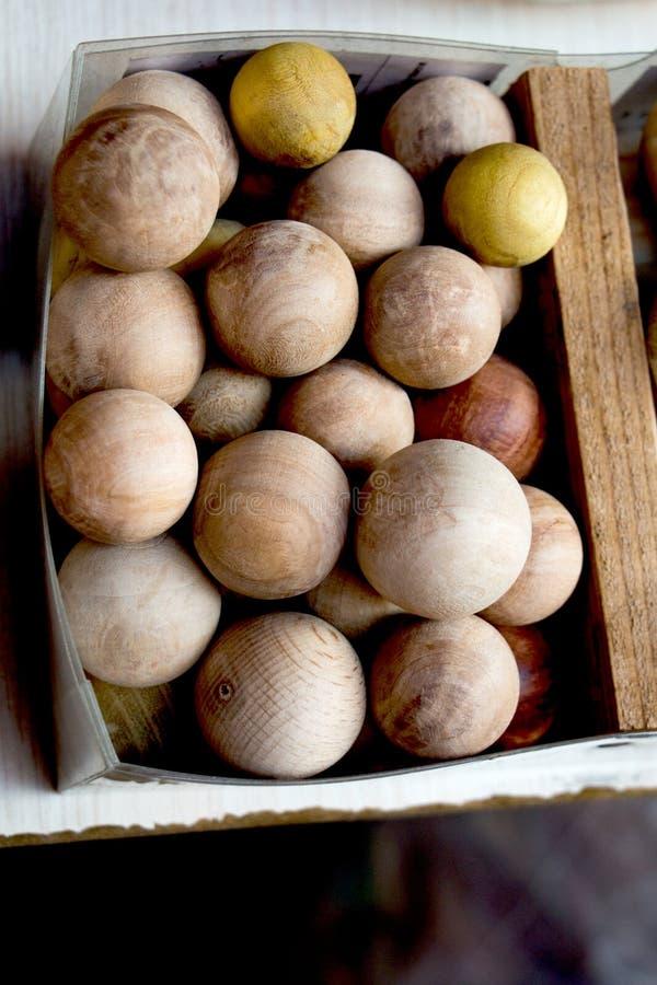 大量浅褐色的颜色木球 免版税库存图片