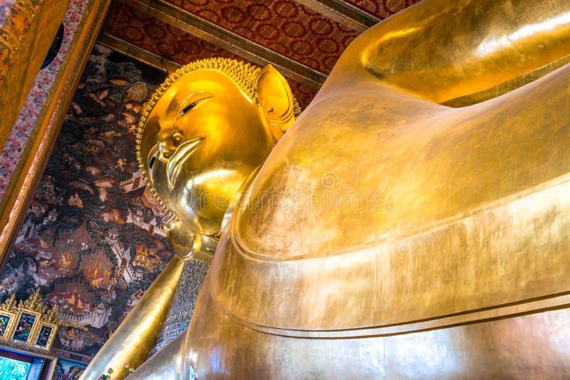 大金黄斜倚的菩萨雕象 曼谷pho寺庙wat 免版税库存图片