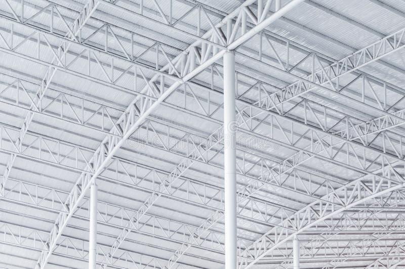 大钢结构捆、屋顶框架和金属板在大厦 库存图片