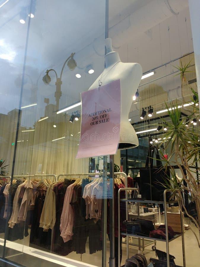 大销售,脱掉一另外的百分之,商店窗口, Vitrine, NYC, NY,美国 免版税库存照片