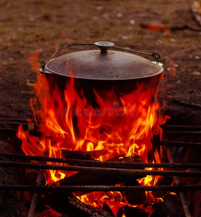 大锅在木柴被烹调 免版税图库摄影