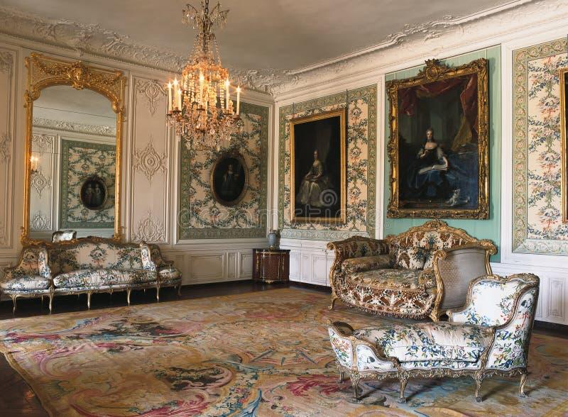 大镜子、家具和枝形吊灯在凡尔赛宫 免版税库存图片